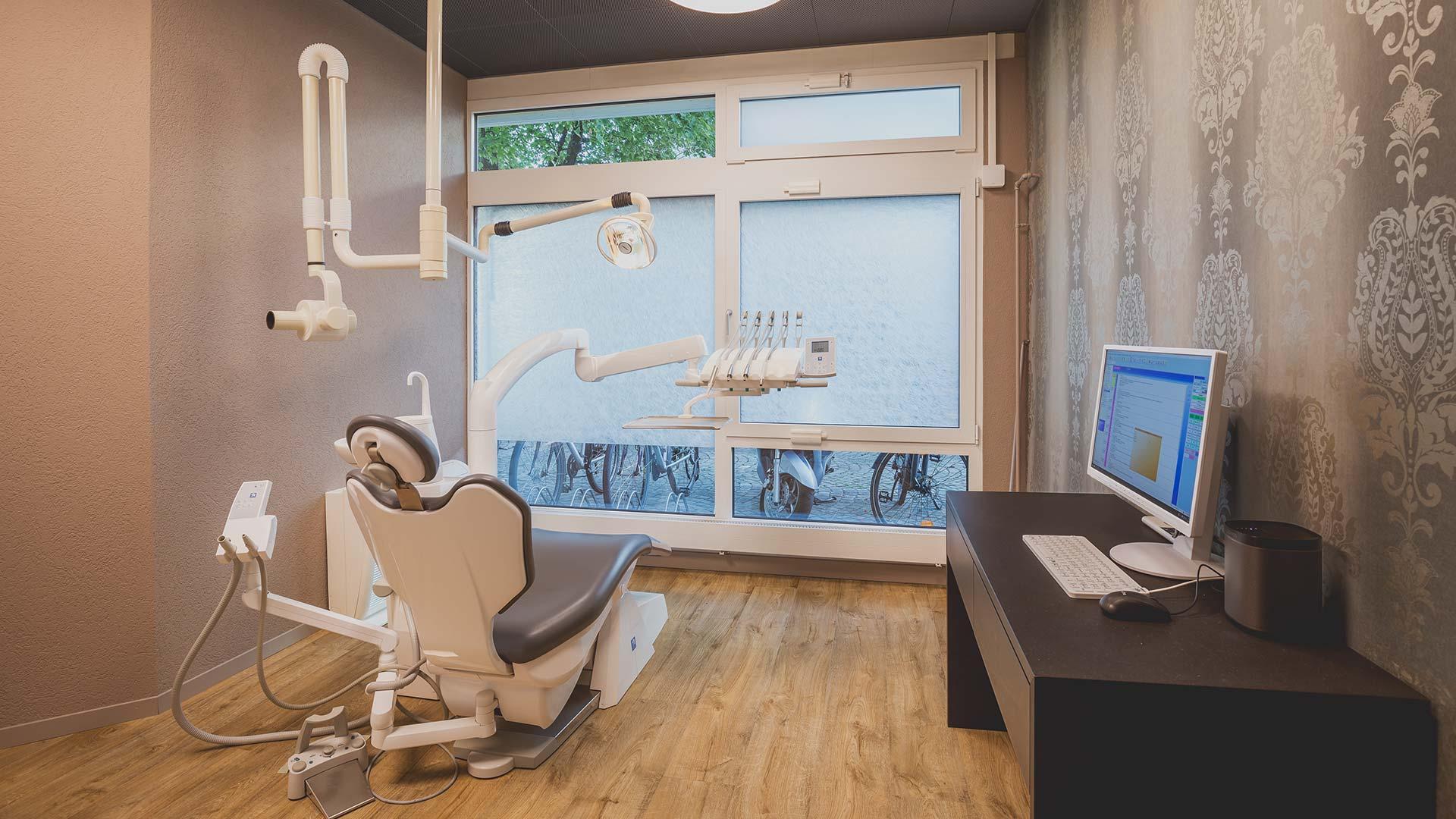 Heierle Oertig Zahnarztpraxis Behandlungszimmer Eingang
